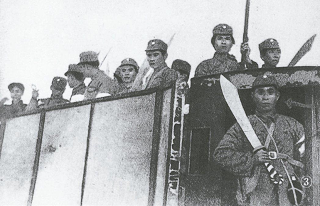 我軍裝備落後,抗戰初期士兵持大刀對抗日軍機械化部隊。 新華社資料照片