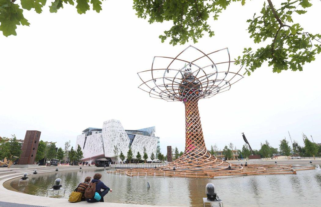 米蘭世博義大利館旁聳立以LED燈覆蓋的(生命之樹) 與一旁以樹枝結構建造的義大利...