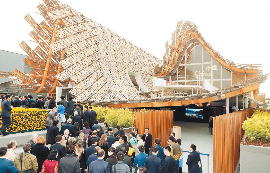 中國館以「希望田野」為主題,場館本身採竹編板材搭建波浪造型,像是兩頂斗笠在稻浪中...