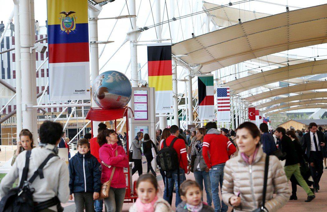義大利米蘭世博開幕,參展各國旗幟在中央大旗海飄揚。 記者林俊良/攝影
