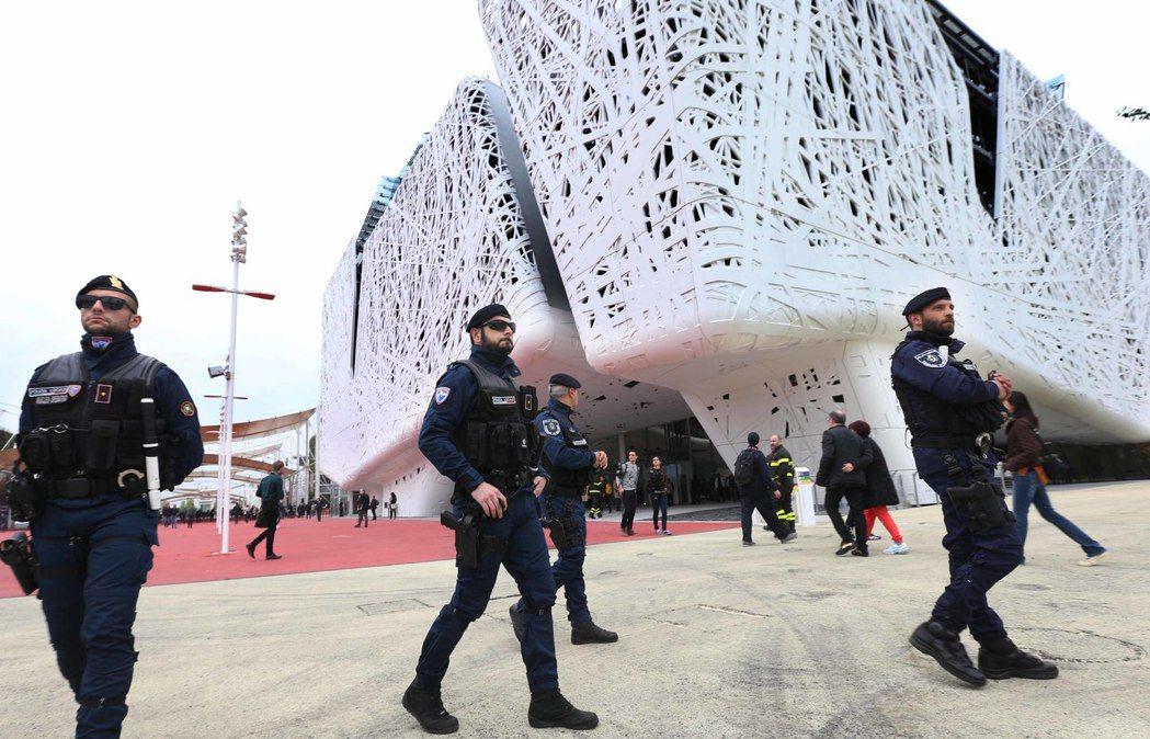 受到開幕前民眾上街遊行抗議世博的種種不公影響,米蘭世博義大利館旁武裝警察特別加強...