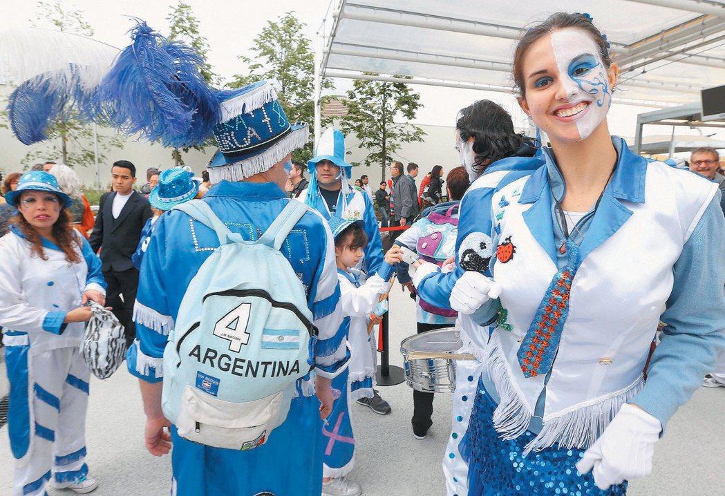 阿根廷民眾以以嘉年華打扮進場參與世博開館。 記者林俊良/攝影
