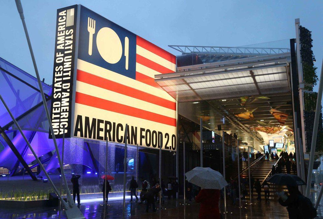 米蘭世博會美國館入口以一面擺上餐盤刀叉的醒目大國旗作為號召,還標示著美國食物2....