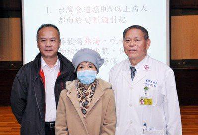 平常愛喝熱湯及辛辣食物的楊女士(中),在台南市立醫院接受食道癌開刀後,她與家人感...