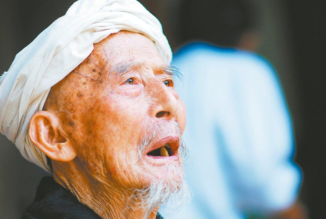 舒仕宗,軍歌一首一首的唱,故事一條一條的說。凝視著遠方,無語問蒼天。 圖/上海淞...