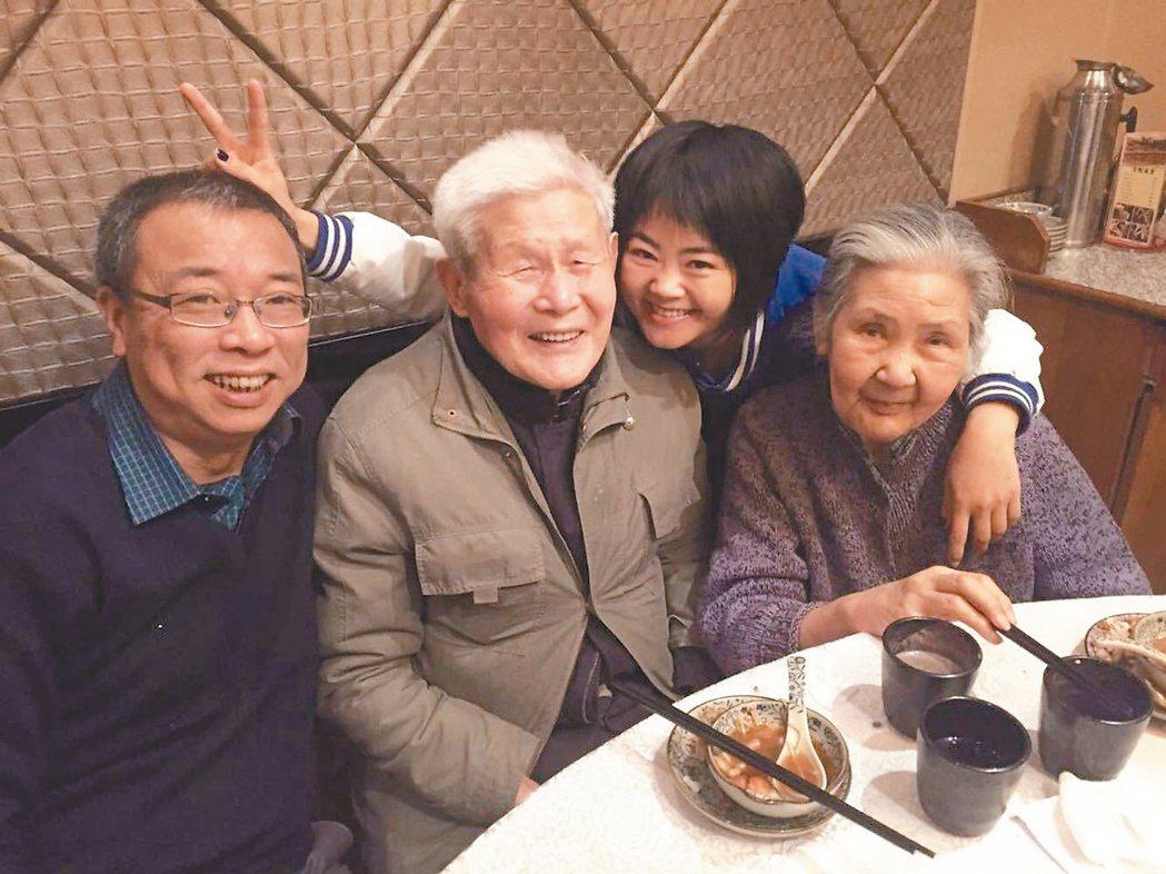 胡為仁(左二)曾是上海灘的闊少,與胡奶奶(右一)相依為命。旁邊兩人為找尋抗戰老兵...