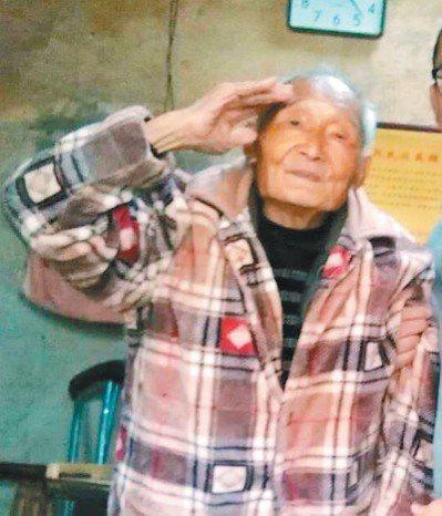 祝仁波住在廁所改造的房子,身形已駝,他向志願者行軍禮。 圖/祝健提供、取自網路