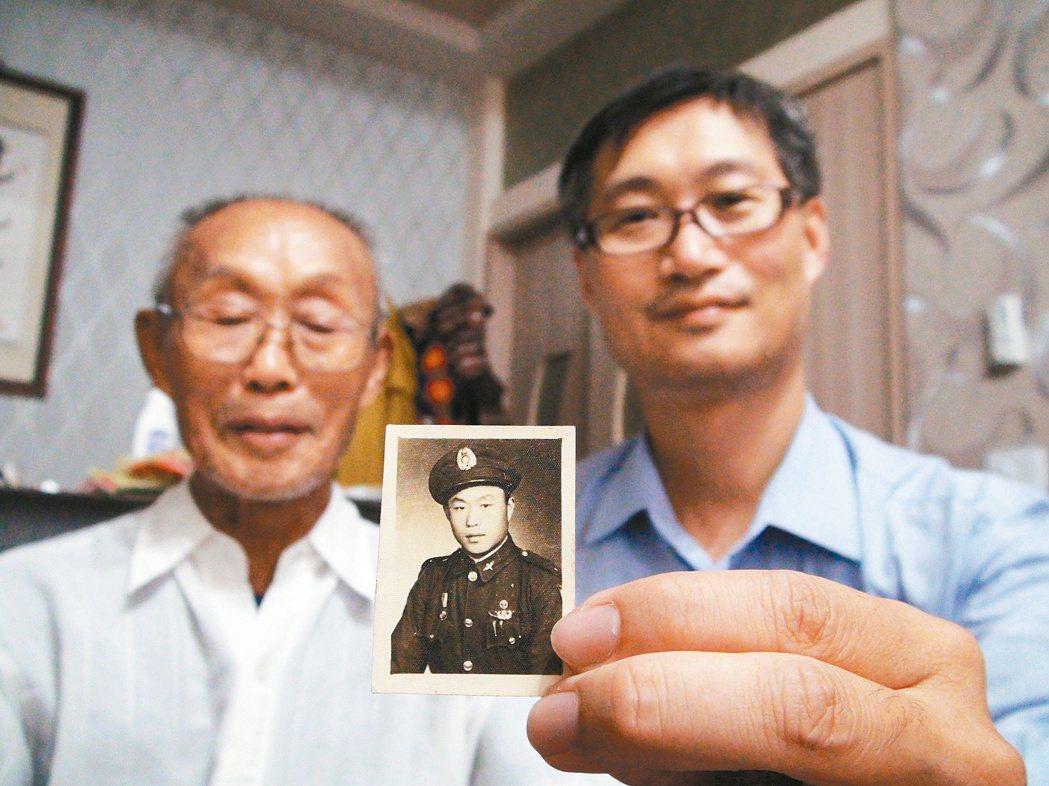 92歲的老兵劉忠仁(左)民國38年隨政府來台,來台前拍下的照片英姿煥發,卻沒想到...