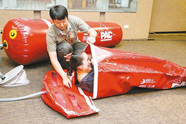 台灣野外地區緊急救護協會成功募集到100個PAC,現埸示範PAC如何操作,希望挑...