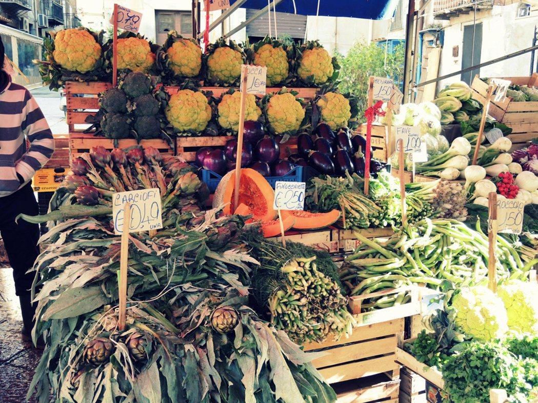 市場上充滿生物多樣性的當季蔬果。 郭又甄攝