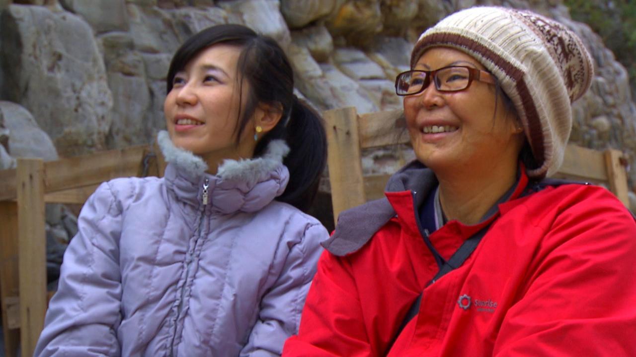 秀巒鄉女子高藝禎(右),少小離開到山下打拼,容貌卻被男友潑硫酸毀了,她走投無路回...