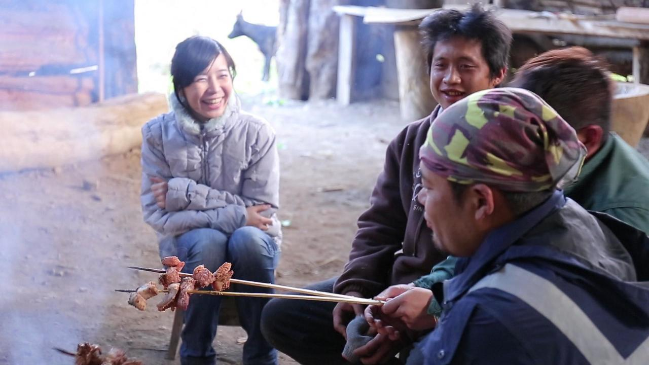 「1001個故事」主持人白心儀深入偏鄉,和原住民巡山員在出發巡山前暢談他們的辛苦...