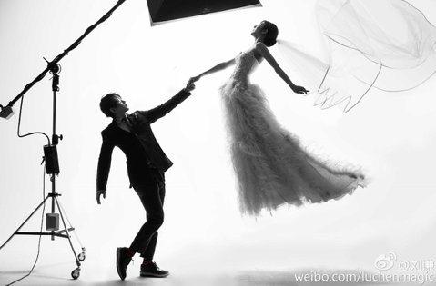 魔術師劉謙與大陸富三代千金王希怡低調交往兩年多,據陸媒報導兩人已秘密領證結婚,甚至被爆料女方目前已懷孕。巧合的是,劉謙5日下午在微博轉發具魔術感的漂浮婚照,「系統自動轉發喜事」,似乎認了婚事。
