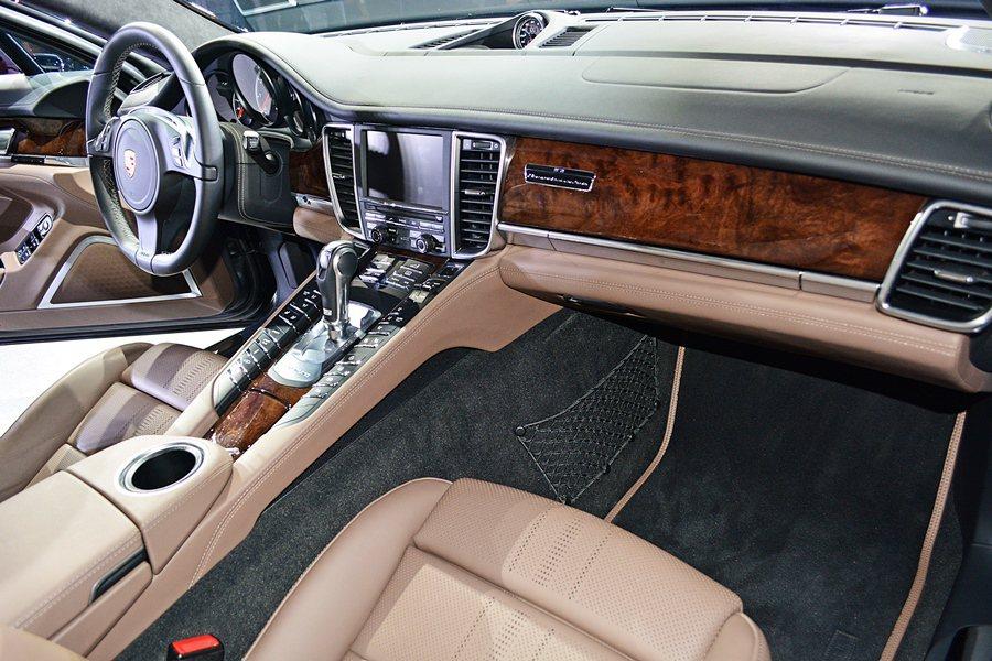 內裝呼應對比雙車色,座椅與儀錶台下方都以義大利皮革品牌Poltrona Frau...