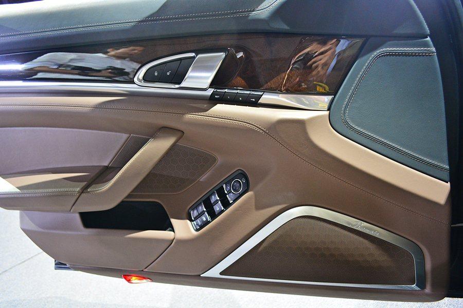 門板上緣採用Nappa黑色真皮包覆,其他的部位則採栗棕色真皮,車門飾板色調則是利...