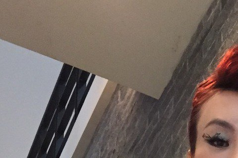 資深名模包翠英今天以模特兒經紀人身分出席活動記者會,找來話題人物法拉利姐獻唱洗腦神曲「小蘋果」,寶弟也化身男模帥氣走秀。法拉利姐大展Rap功力,以破鑼嗓大唱自己的歌「底迪」,「Play Play 不...