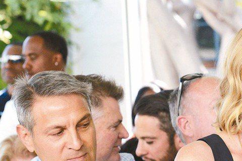 在暑假檔大片「瘋狂麥斯:憤怒道」中不惜剃光頭看起來滿臉髒兮兮的奧斯卡影后莎莉賽隆,接受Elle雜誌訪問時,大讚西恩潘是「此生最愛」、「靈魂伴侶」,願意為他生小孩,擱置演藝事業。39歲的莎莉與54歲的...