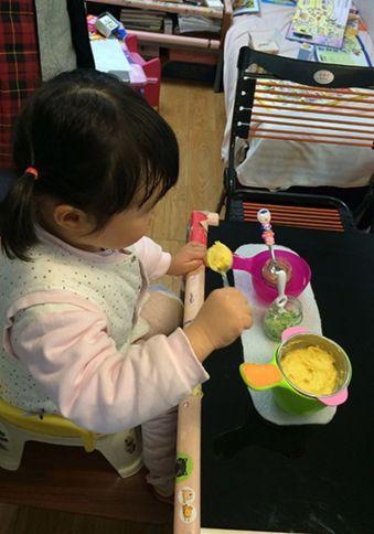 四歲的動動正在吃晚餐。迄今為止,她可以吃的食物數量依然只有五種,鮮亮的小碗掩蓋了...