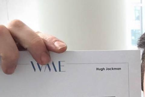 46歲的休傑克曼(Hugh Jackman)現在已經是大叔年紀了!當他在臉書拿出一張N年前自己的舊照,與現在的他比對一下,果然真是是歲月不饒人啊!連休傑克曼自己都不敢想啊!不過粉絲可都是留言稱讚他,...