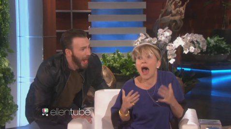 當「黑寡婦」史嘉蕾喬韓森(Scarlett Johansson)上《艾倫秀》宣傳電影《復仇者聯盟2》,與主持人聊的正開心時,有人正悄悄接近中,並在她身後突然大喊出聲,嚇得「黑寡婦」快從椅子上彈起來了...
