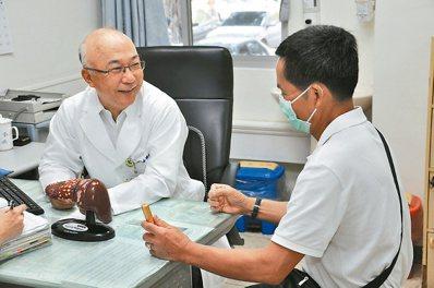 秀傳醫療體系副總裁牟聯瑞(左),提醒B、C肝患者要定期接受追蹤檢查。 圖/台南市...