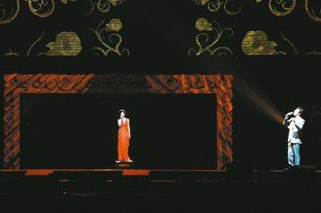一代巨星鄧麗君昨晚在好萊塢團隊施以3D虛擬技術的魔法後,栩栩如生在1萬1000位小鄧迷眼前「重生」,開口就是經典的「甜蜜蜜」,餘音嫋嫋。她與小哥費玉清在合唱「你怎麼說」時,突然脫口:「歡迎我的特別嘉...