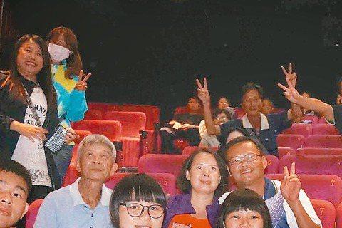 電影拍好回到拍攝地放映時,可說是最溫馨的時刻,張艾嘉完成「念念」宣傳工作後,自掏腰包在台東包兩廳請綠島居民看電影,受到觀眾熱烈掌聲,而張艾嘉也允諾下次還要再來拍電影。「念念」上映至今票房慢慢累積,全...