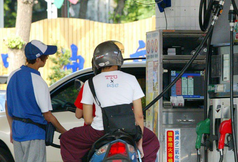 學生常見在加油站打工,若從事直銷,容易使得交友變得複雜。報系資料照