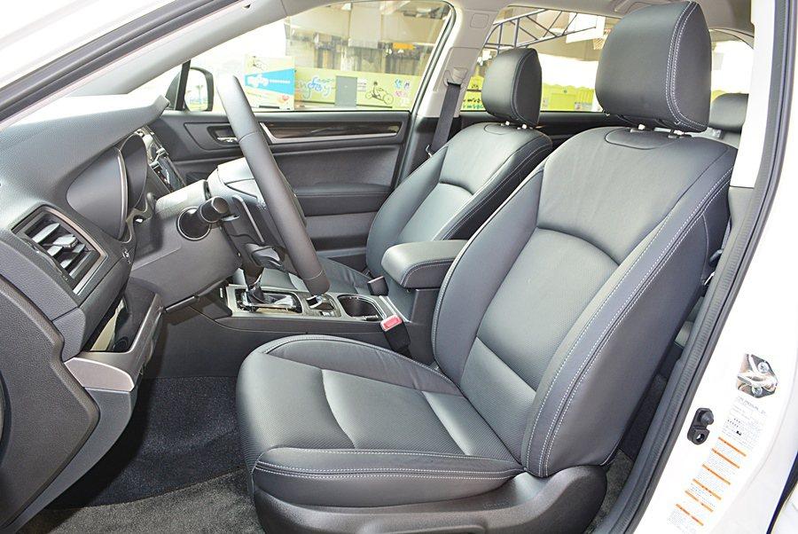 座椅左右包覆性比往很多,且座椅泡棉填充質料不錯,乘坐舒適感夠高,而駕駛座也附2組...