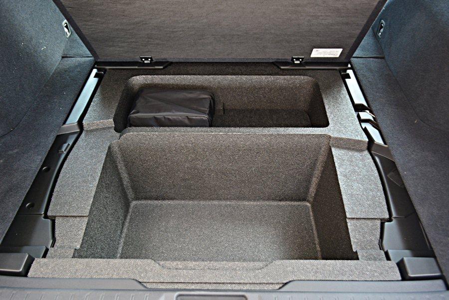 行李廂底板下也有特別寬大而深的分層置物格,休閒置物便利性加分。而前後座都有貼心的...