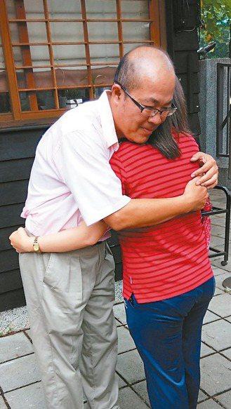 躁鬱症患者華山(左)書寫30年來對抗病魔的心路歷程,感謝妹妹多年來不離不棄照顧。...
