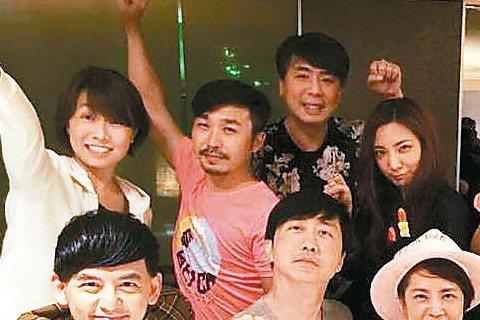 1994年開播的「超級星期天」堪稱台灣綜藝節目經典,曾陪伴觀眾走過8年多的歲月,直到2003年停播,其中「哈林夜總會」、「超級任務」、「超級比一比」等單元,創下高收視率,節目更獲金鐘獎肯定。昔日團隊...