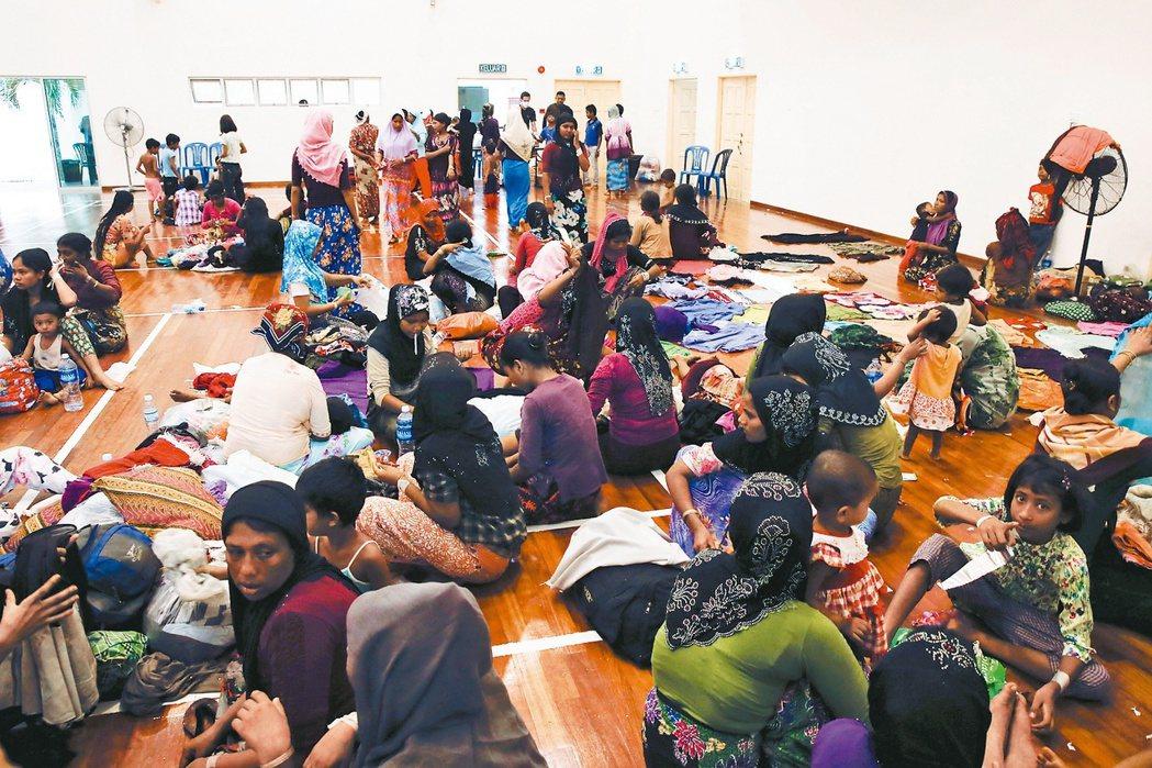 出海的緬甸洛興雅族穆斯林,不幸者困處或喪生海上,比較幸運上岸者,被安置於馬來西亞...