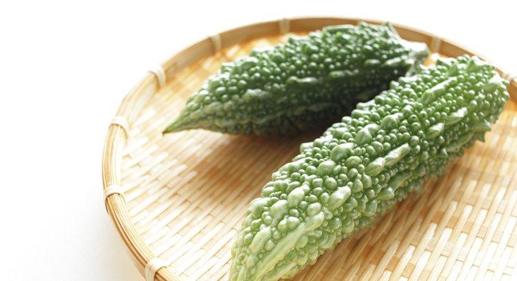 夏天飲食首重清淡且帶有「苦味」的食物,像是苦瓜,不管煮湯、涼拌或熱炒都好吃,有助...