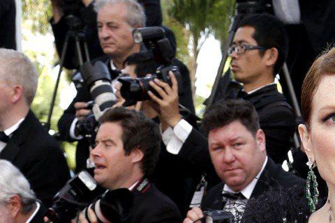 第68屆坎城影展訂於法國時間13日當晚開幕,評審團成員和部分好萊塢明星已陸續抵達。美國女星茱莉安摩爾日昨抵達坎城影展,身穿大深V黑色亮片禮服,相當吸睛。