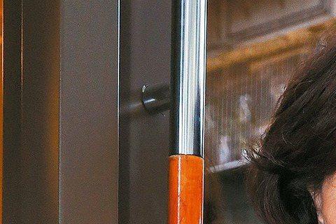 歸亞蕾從影半世紀,演過上百部電影,銀幕形象從早年「煙雨濛濛」愛恨交織的女孩、「蒂蒂日記」苦口婆心的母親、到「囍宴」的同志媽媽,最近主演「滿月酒」再次詮釋渴望抱孫的同志母親,「同志教母」封號不脛而走。...