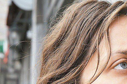 奧斯卡影后瑪莉詠柯蒂亞的演技出色,但當她碰上以磨戲出名的比利時名導達頓兄弟卻慘遭「折磨」,甚至一個鏡頭得拍攝超過95次,簡直欲哭無淚。瑪莉詠柯蒂亞在「兩天一夜」中,飾演罹患憂鬱症而遭主管從職場逼退的...