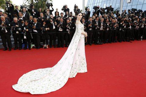 第68屆坎城影展13日開幕,紅毯上少不了女星爭豔,范冰冰這次也現身開幕典禮的紅毯,她身穿一襲Ralph&Russo的粉色訂製禮服,不過拖地的禮服設計,被網友調侃像張蔥油餅,還拿她與之前蕾哈娜...