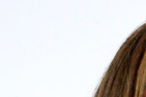 擁有32E超級美胸、22吋蜂腰及105公分美腿的「微熱女孩」陳夢晨,為首張迷你寫真專輯舉行發片記者會,現場唱跳新歌,絲毫不怯場。「南半球歌手」陳夢晨今天改以白色露「北半球」裙裝,站上舞台獻唱「咬一口...