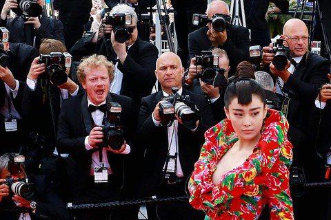 大陸女演員張馨予13日也參加法國坎城影展,雖然她的服裝與范冰冰「雷同」,都走「花」系列,不料卻慘遭大陸網友批評,說張馨予這樣穿是東施效顰、披棉被走紅毯。有網友在張馨予的貼文中留言,「當年范冰冰的『龍...