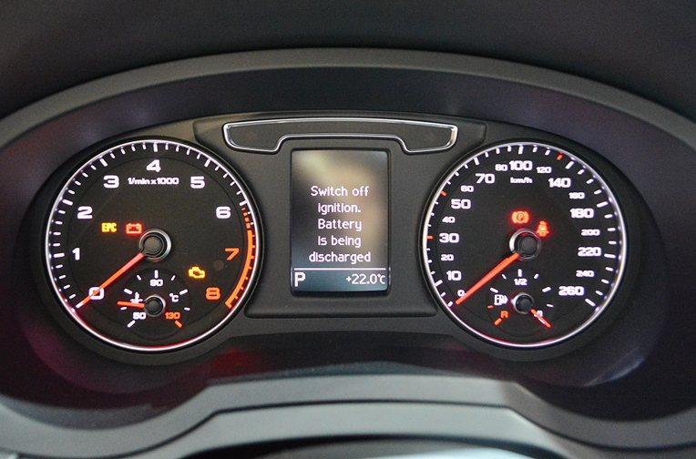 雙環儀表板中央有DIS行車資訊顯示系統。  記者趙惠群/攝影