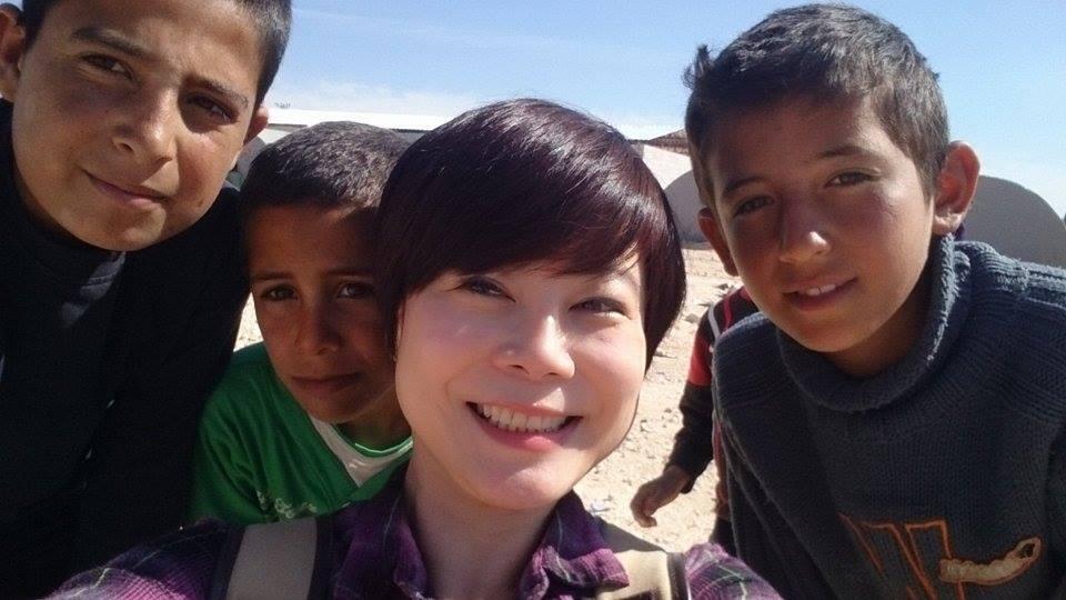 錢怡君(前)與敘利亞難民兒童合影。圖/TVBS提供
