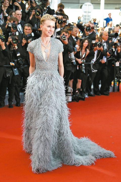 今年坎城紅地毯星光雲集,娜歐蜜華茲以深V禮服現身搶鏡。