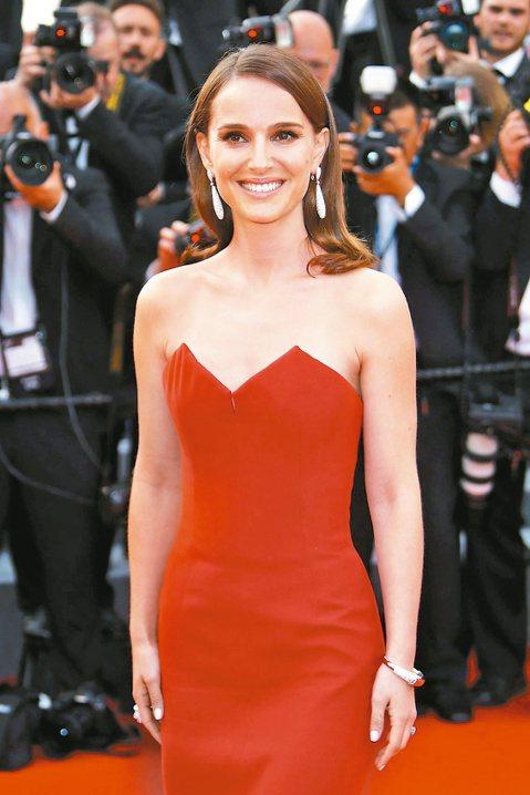 今年坎城紅地毯星光雲集,娜塔莉波曼火紅禮服吸睛。
