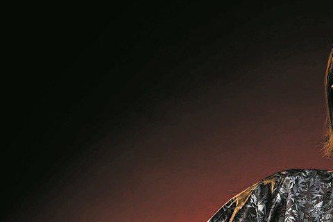 李翊君6月將發行專輯「苓聽」,跳脫苦海女神龍風格,這回她換上迷你裙加黑色長紗,展現簡單優雅女人味,高唱新歌「忘不了愛過的我」,日前她拍攝專輯封面,鏡頭裡看來美美的她,實則超怕曝光,雙腿夾緊不敢亂動。