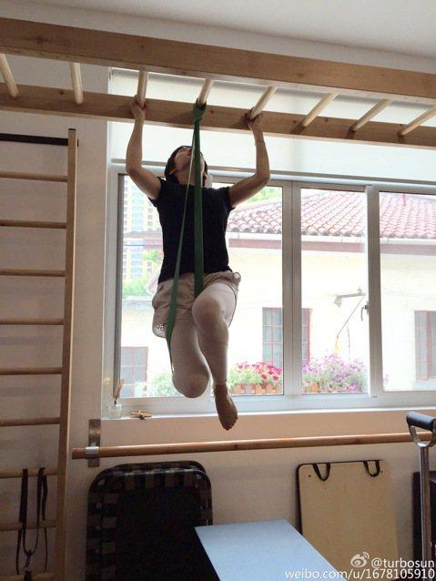 「甄嬛」孫儷戲裡和各個妃子過招拆招很厲害,戲外勤健身練肌肉的招式也不簡單,她分享自己的健身照,舉舉啞鈴很常見,不過她還有能單腳掛在垂吊的繩帶上,雙手抓住上方橫把做引體向上。孫儷寫道:「普拉提像是肌肉...