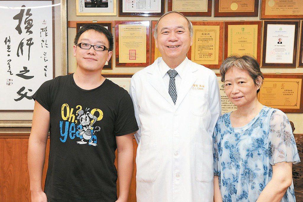 罹患末期肝硬化的鄧女士(右),因兒子汪勁濤(左)捐出三分之一的肝臟,獲得重生。母...