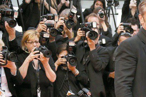 影后莎莉塞隆陪著新作「瘋狂麥斯:憤怒道」眾家要角出席坎城影展特別首映,向來脾氣欠佳又一臉酷樣的西恩潘特地到場挺愛人,露出難得的溫柔,最後在攝影記者力拱下,兩人十指緊扣一起走紅毯,搶盡旁人風頭。