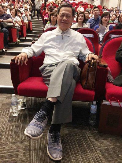 司法院前院長賴英照昨天穿著TOMS的鞋出席論壇。 記者林澔一╱攝影