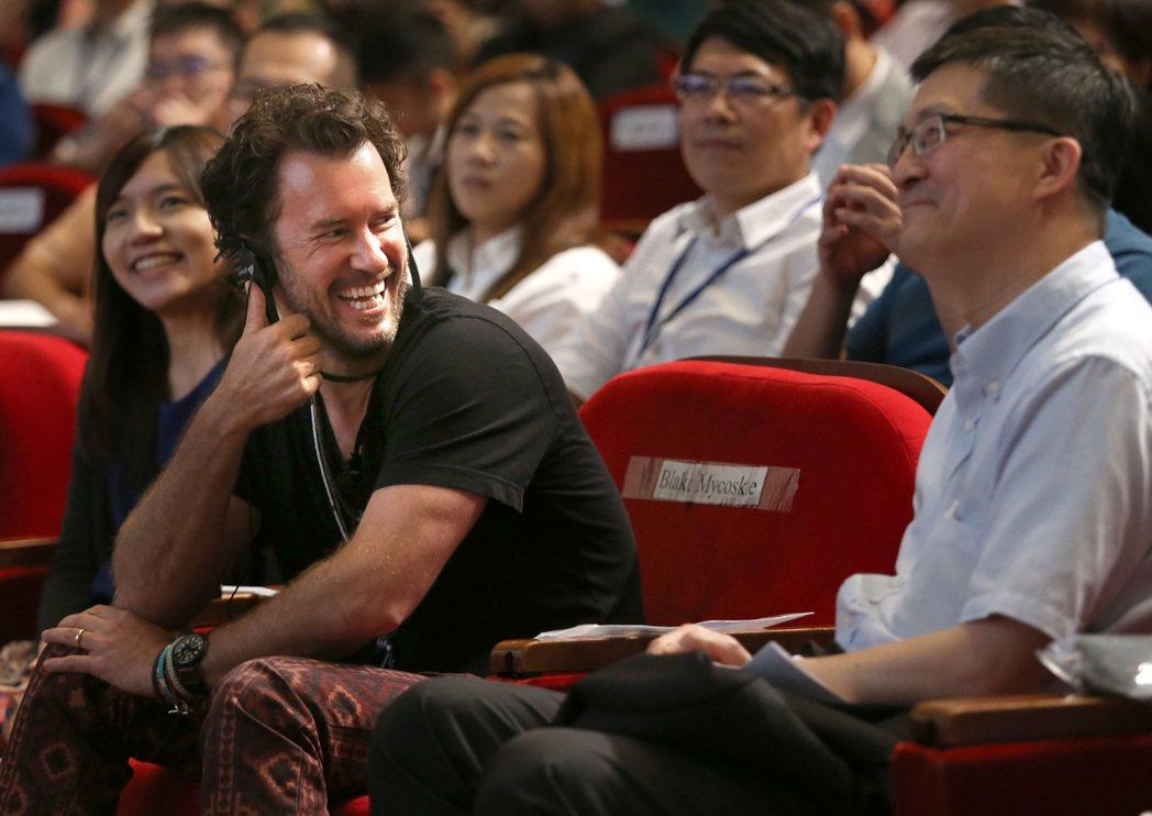 TOMS創辦人麥考斯基(左二)昨天出席「2015國際名人論壇」,右為聯合報系願景...